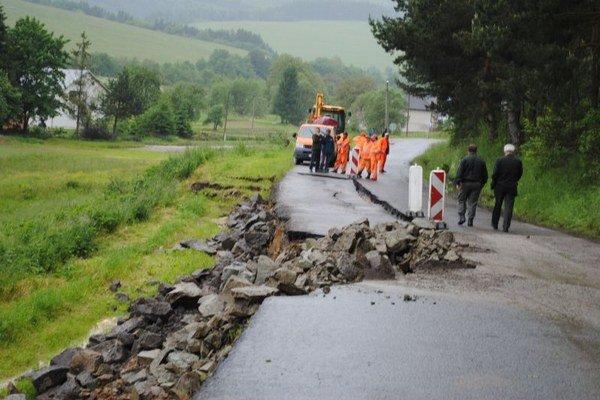 V lete 2010 povodňami zničená cesta pri Hrabkove.