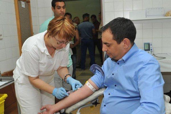 Peter Pollák pri odbere vzorky krvi.