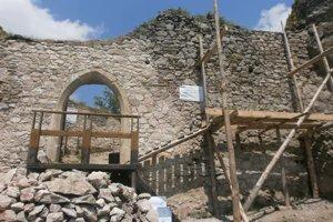 Práce na Hanigovskom hrade pokračujú.