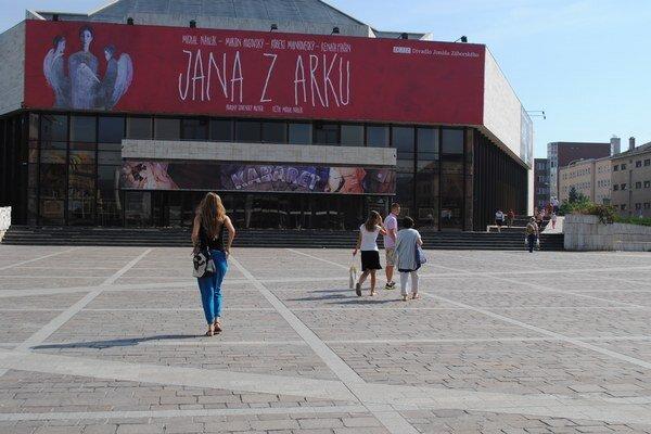 Divadlo Jonáša Záborského. Nástupné plochy aj schodištia sa musia opraviť.