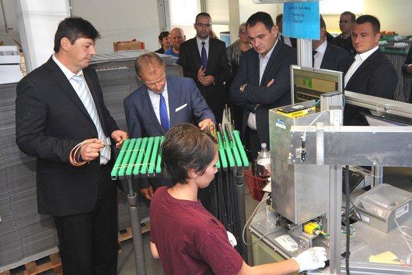 Konateľ spoločnosti Konfektion E-SK Štefan Jaroščák (vľavo), minister hospodárstva Vazil Hudák (uprostred hore) a predseda PSK Peter Chudík (uprostred vpravo) počas prehliadky prevádzky výroby NOx Connection.