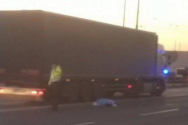 Krátko po nehode. Kamión zrazil chodca.