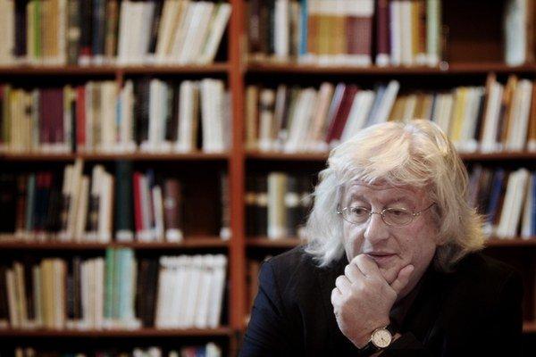 Péter Esterházy (1950) je jedným z najvýznamnejších postmoderných maďarských spisovateľov. Patrí medzi výrazné osobnosti európskej literatúry, je držiteľom významných domácich aj zahraničných ocenení. Jeho knihy sú dôležitým prínosom do povojnov