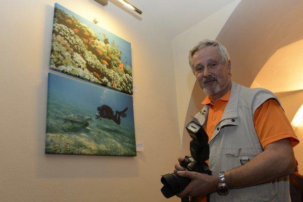 Fotograf Viktor Zamborský prezentuje svoje fotografie z potápania.