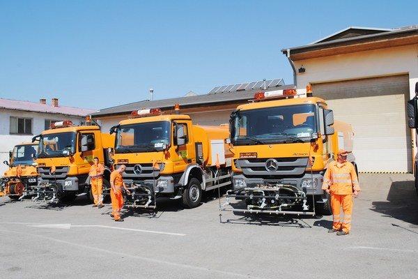 Vozový park. Zahŕňa aj 108 posypových vozidiel a ďalších 13 rezervných, 23 nakladačov, 36 traktorov, 10 snehových fréz...