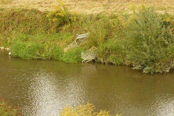 Nákupné vozíky pri Toryse. Vinník sa nenašiel, vodohospodári ich museli odstrániť na vlastné náklady.