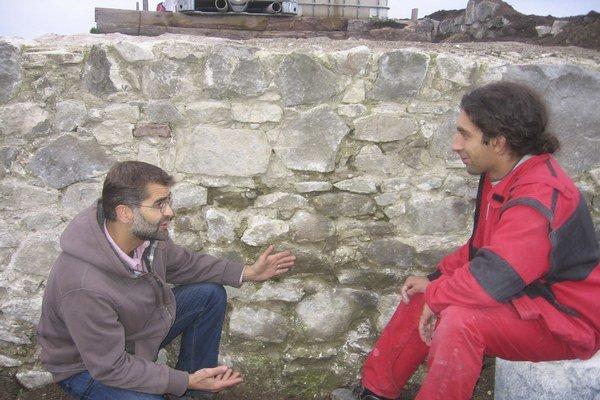 Koordinátor projektu obnovy hradu Šebeš Martin Sárossy (vľavo) v rozhovore s archeológom Kamilom Švaňom. Za nimi je múr, ktorý sa podarilo hradným robotníkom zviditeľniť.