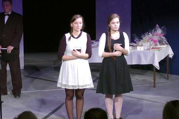 Recitátorky. Karolína Vasilková a Katarína Šarníková predniesli víťazné texty.
