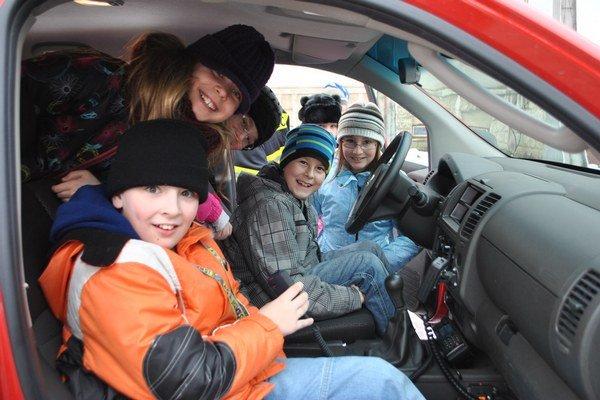 Decká. Laco, Rišo, Sofia a Tamara si vyskúšali policajné auto.