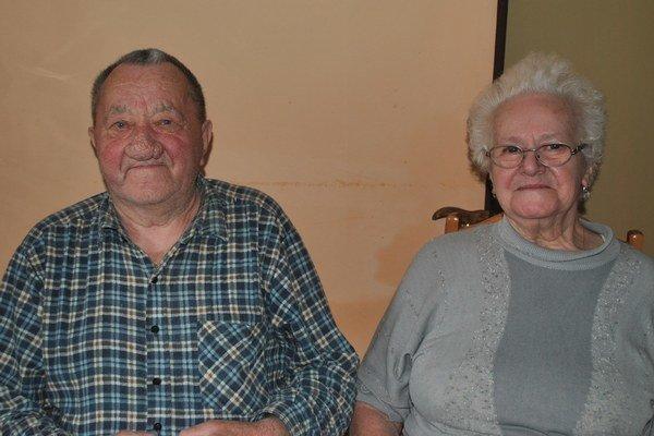Cmarovci po 65 rokoch. Ľúbia sa ako za mladi.
