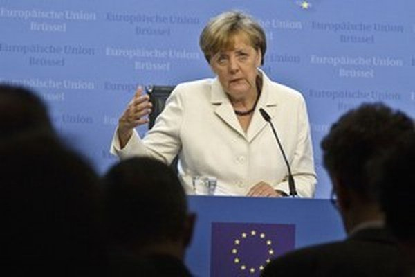 Keď Merkelová navštívila v mestečku Heidenau halu s utečencami, čakal ju miestny kolektív tmavého Nemecka s transparentmi Zradkyňa ľudu.
