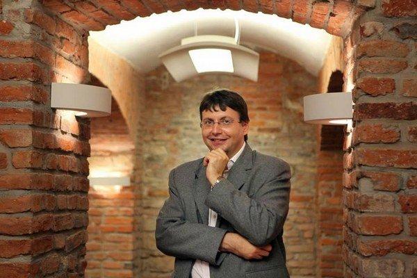 Vladimír Skalský pred vstupom do hlavnej sály Slovenského domu v Prahe.