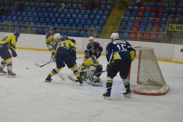 Strelec. Zvyčajne Ľ. Malina (uprostred) úraduje pred svojím brankárom, proti Bardejovu bol však autorom rozhodujúceho gólu.