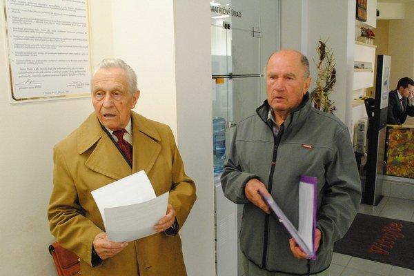 Signatári petície Emil Osavčuk (vľavo) a Dušan Dajča.