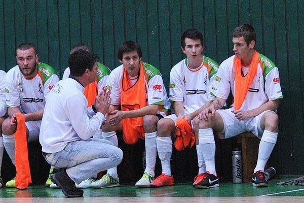 Tréner Richard Bačo sa snažil usmerniť zverencov, aby sa proti favoritovi  vystríhali  chýb.