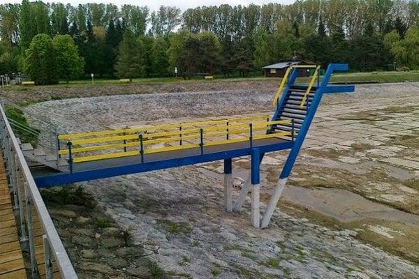 Vodná nádrž. Dno je už upravené, stavidlo opravené.