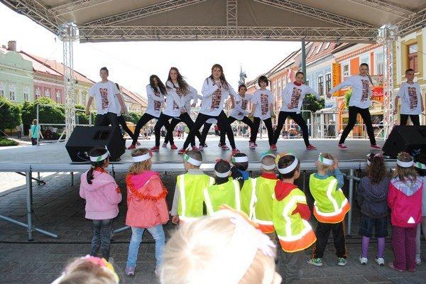 Cvičenie. Tancovali a cvičili na pódiu v centre, časť ľudí sa k nim pripojila.