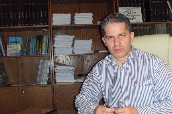 Miroslav Benko. Kritizuje, že mesto vyhadzuje peniaze na zahraničné cesty.