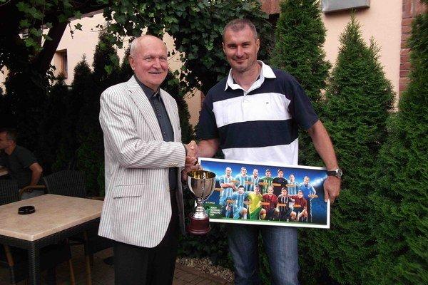 Dvaja Vargovia. Licenčný manažér FIFA Vladimír Varga (vľavo) odovzdáva ocenenia Stanislavovi Vargovi.