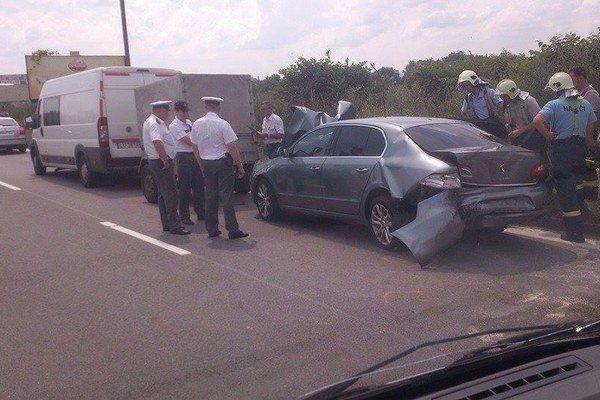 Nehoda. Policajtka sediaca v aute sa po náraze zranila.