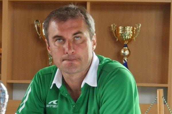 Zamyslený. Tréner Stanislav Varga rozmýšľa o konečnej podobe kádra.