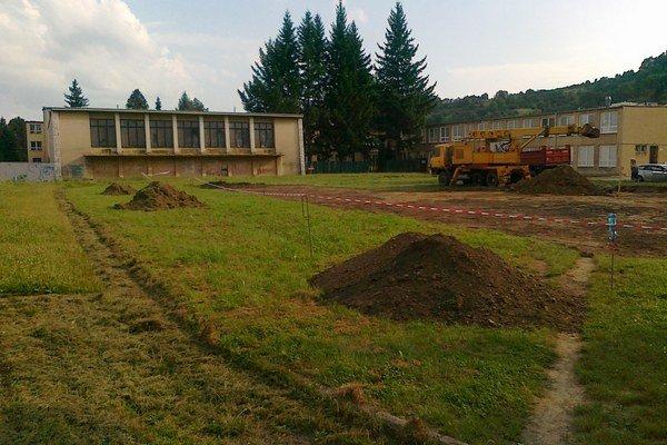 Areál ZŠ Čsl. armády. Stavba hokejbalového ihriska sa už začala.
