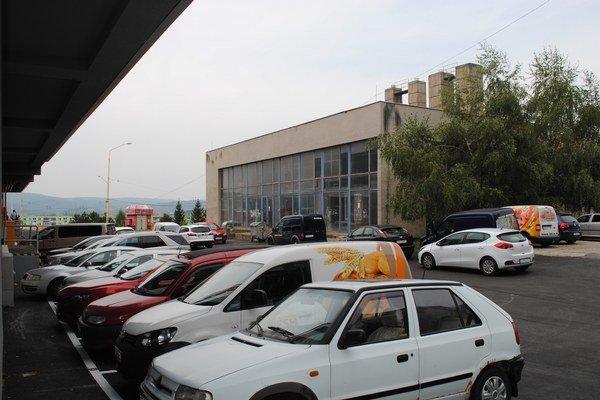 Na Vansovej. Obyvatelia tvrdia, že zákazníci im zaberajú parkovacie miesta.