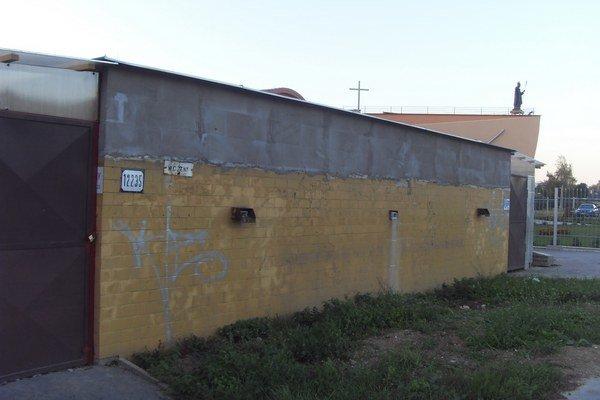 Bývalé WC. Je medzi trhoviskom a pastoračným centrom.