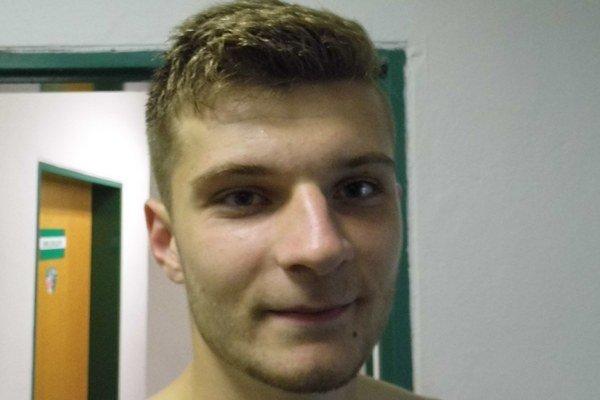 Matúš Štefančík. Šťastný strelec predtým, ako išiel do sprchy, zapózoval.