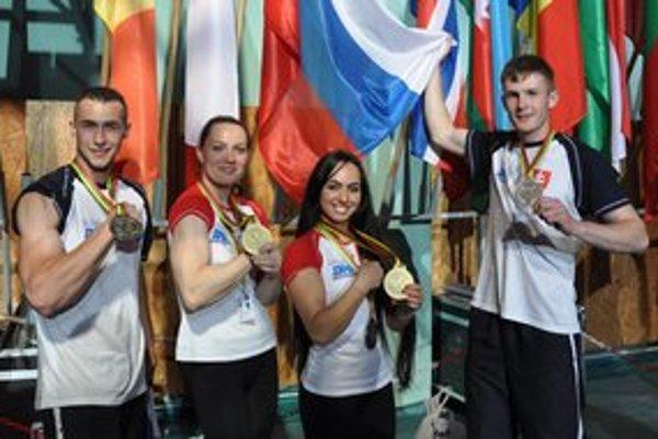 Slovenskí medailisti. Zľava Dominik Glod, Lucia Debnárová, Snežana Babajevová, Michal Girášek.