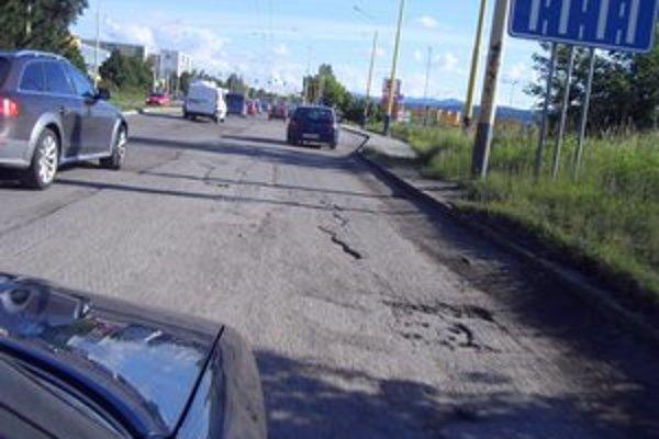 Deravá cesta cez Sekčov. Peniaze sú vyriešené, dodávateľ určený, ale práce ešte nezačali.
