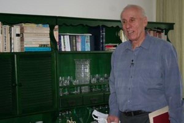 Štefan Staviarsky pred svojou zbierkou kníh.