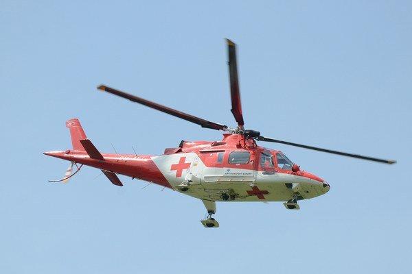 Ťažko zraneného účastníka nehody prevážal do košickej nemocnice vrtuľník.