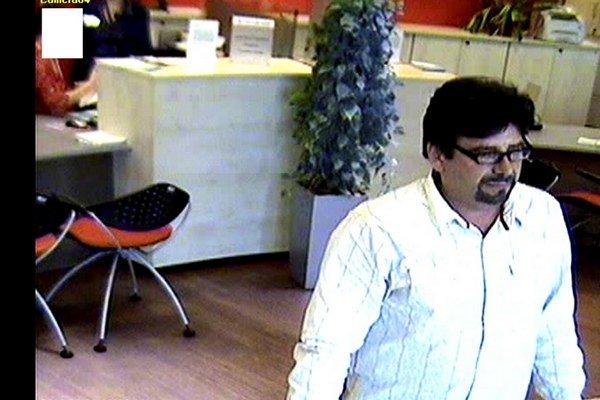 Bezpečnostná kamera zaznamenala osobu, ktorá sa v čase skutku nachádzala v banke a mohla by prispieť k objasneniu podvodu.