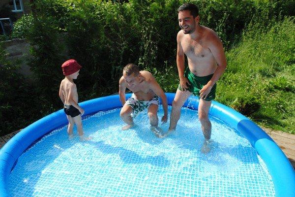 Pohodička v bazéne. Nápad, ako sa schladiť.