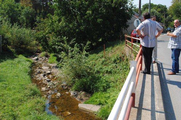 Vodohospodári pripomenuli, že ploty blízko brehov im sťažujú prístup do koryta.