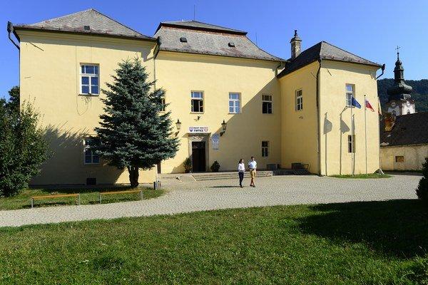 V časti budovy kaštieľa sídli obecný úrad.