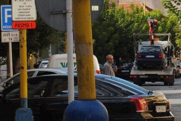 Odťahová služba. Na parkoviskách vznikol chaos, vozidlá bez lístkov odťahovali.