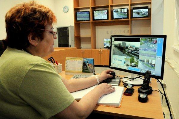 Chránená dielňa. Zamestnanci monitorujú situáciu. V prípade potreby informujú hliadky.