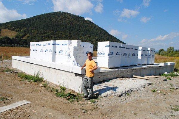 Štefan Krochmaľ pri svojej stavbe bez povolenia.