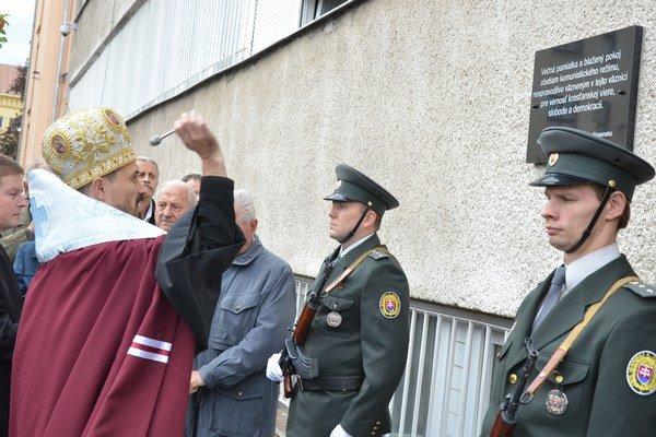 Pomocný biskup Prešovskej gréckokatolíckej archieparchie Milan Lach (vľavo v popredí) počas posviacky slávnostne odhalenej pamätnej tabule.