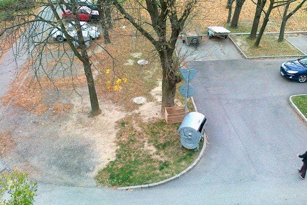 Pohľad zvrchu. Kontajner na odpad stojí priamo na tráve.