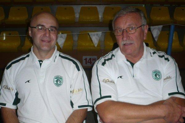Tréner Peter Hatalčík (vpravo) sa nádeja, že hrať bude aj kapitán Antl.