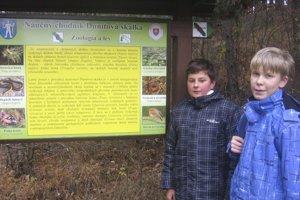 Žiaci ZŠ v Sedliciach Michal Mačišák a Erik Čech, ktorí sú zároveň aj členmi tamojšieho turistického krúžku , poznajú chránenú prírodnú rezerváciu Dunitová skalka ako svoju dlaň.