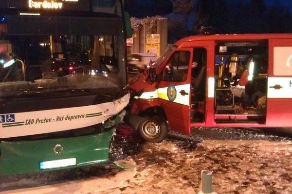 Hasiči sa zrazili s linkovým autobusom SAD.