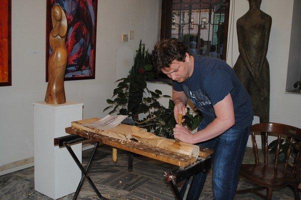 Syn Ján Rešovský tiež začína reštaurovať, ale je aj zručným drevorezbárom.