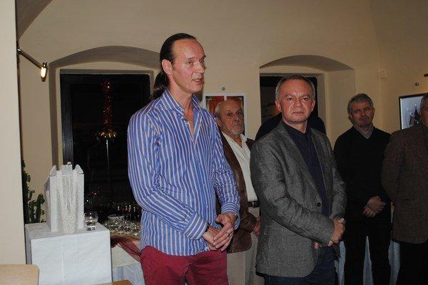Na Vianočnom salóne. Priateľom vyrozprával zážitky s čínskymi majstrami.