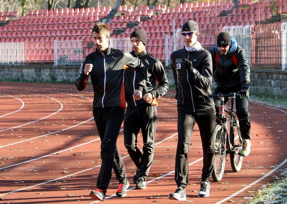S trénerom Matejom Spišiakom (na bicykli) a profesionálnymi chodcami Antonom Kučmínom a Dušanom Majdánom.