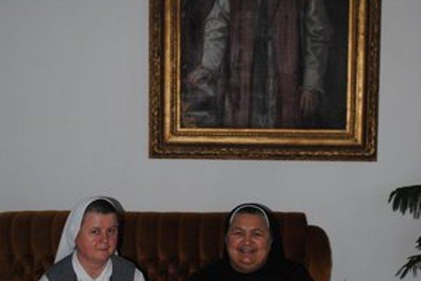 Sestra Jana a sestra Maristella. Sedia pod obrazom biskupa Konštantína Shustera, ktorý ich zavolal do Prešova.