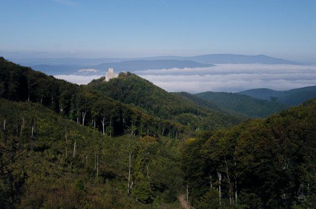 Ranný výhľad na hrad Tematín smerom po modrej značke z Bezovca.